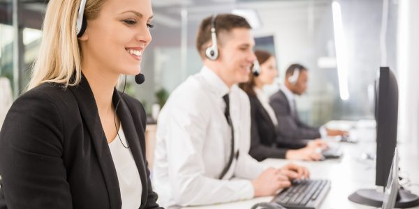 Contact center agent interacts with a customer using communications APIs